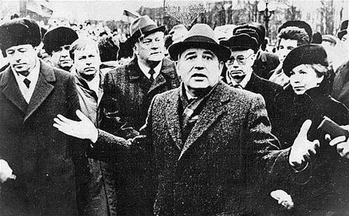 Горбачёв разводит руками