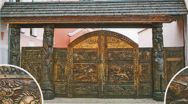 Работники Ветковского музея сами вырезали узоры на дубовых воротах, изгородях и наличниках